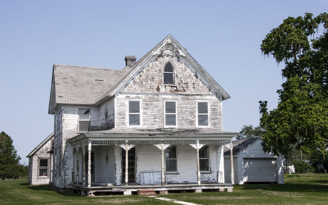 "What Do Home Inspectors Look at in a Known ""Fixer-Upper""?"
